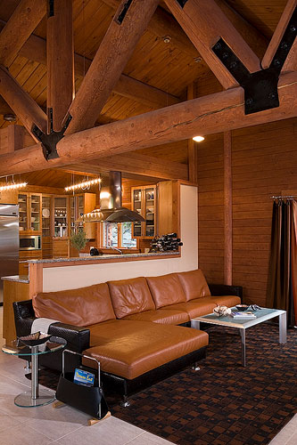 Sitting area with log truss and leather furniture